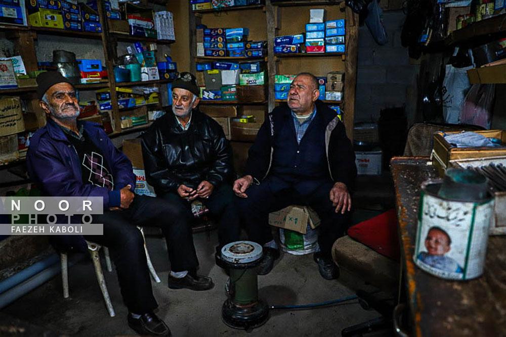 بطور روزانه تعدادی از دوستان و اهالی روستا برای بازدید و گفتگو در فروشگاه حاج آقا دایی روشندل حضور دارند
