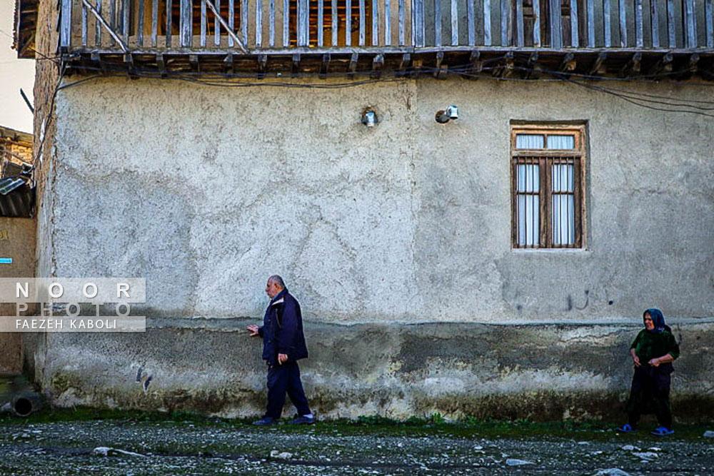حاج آقا دایی روزانه برای تردد بین مغازه و منزل همواره کنار دیوار حرکت میکند.
